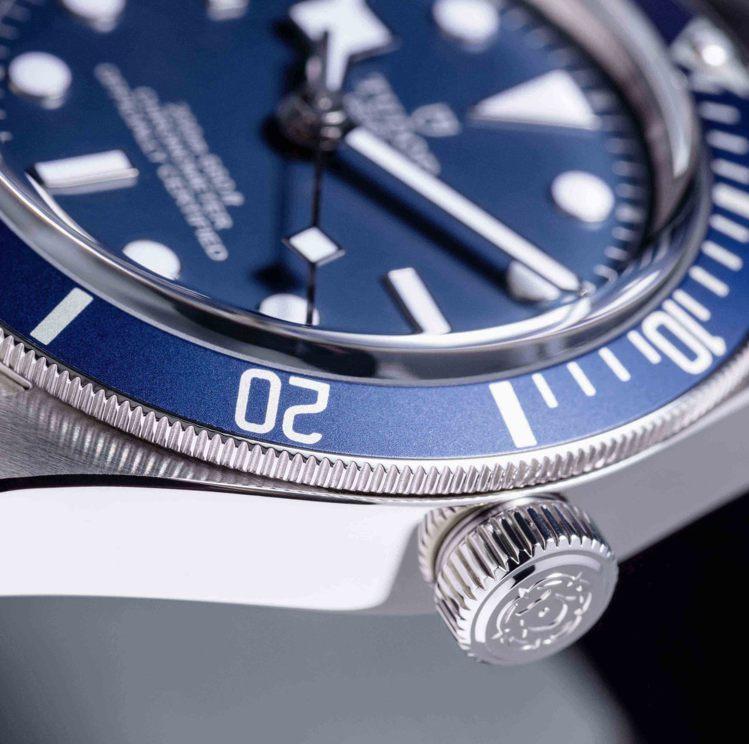保留1970年代的弧形藍寶石水晶鏡面,同時表圈與表冠的細緻刻度,也提升轉動時的手...