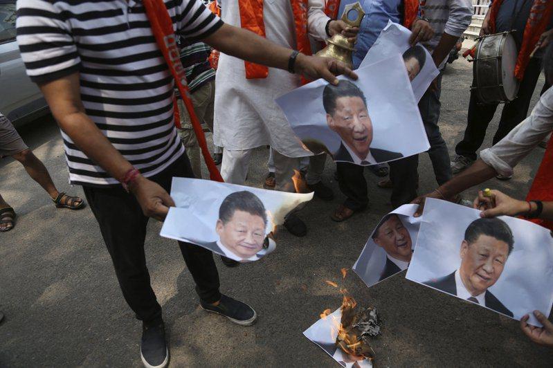 印度東北部查謨喀什米爾省民眾1日在抗議活動中,燒毀了中國大陸國家主席習近平的海報。美聯社