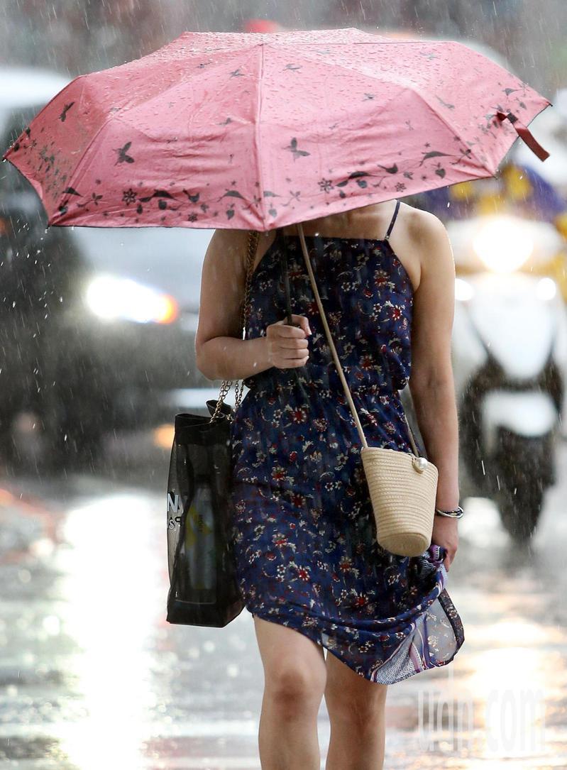 氣象局對十縣市發布大雨特報,對流雲系發展旺盛,易有短時強降雨。 聯合報系資料照片/記者侯永全攝影