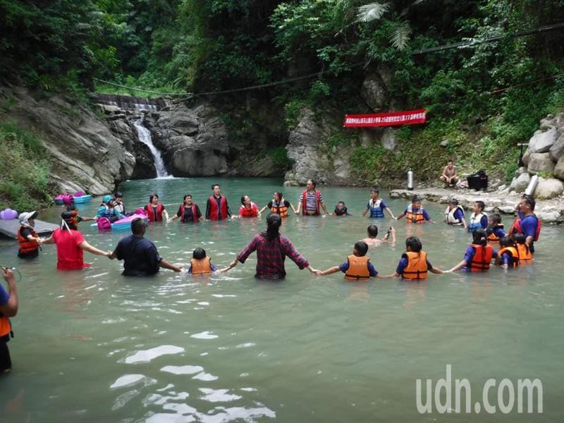 嘉義縣茶山國小為唯一的畢業生準備水中畢業典禮,所有茶山村民皆到場慶祝。圖/茶山國小提供