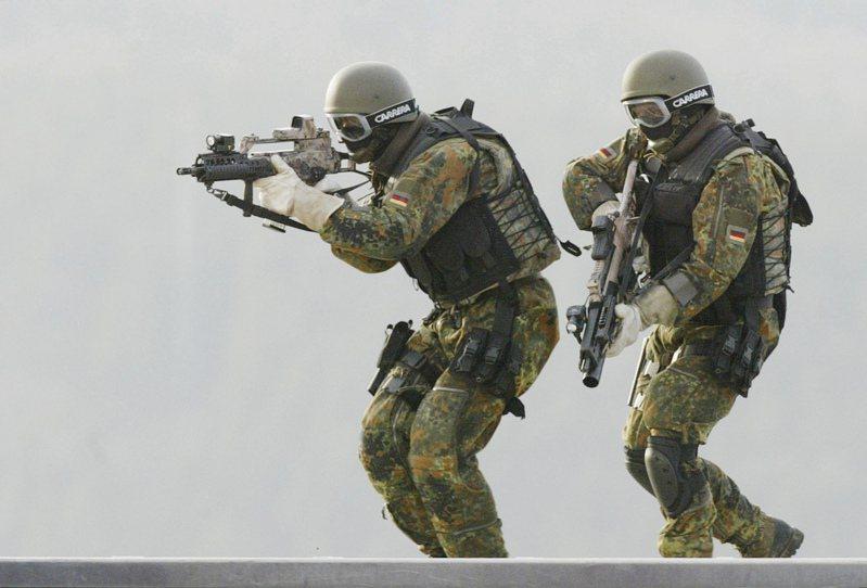德國國防部長卡倫鮑爾下令將德國特種部隊司令部(KSK)的一個突擊隊解散。圖為德國特種部隊受訓的資料照片。美聯社