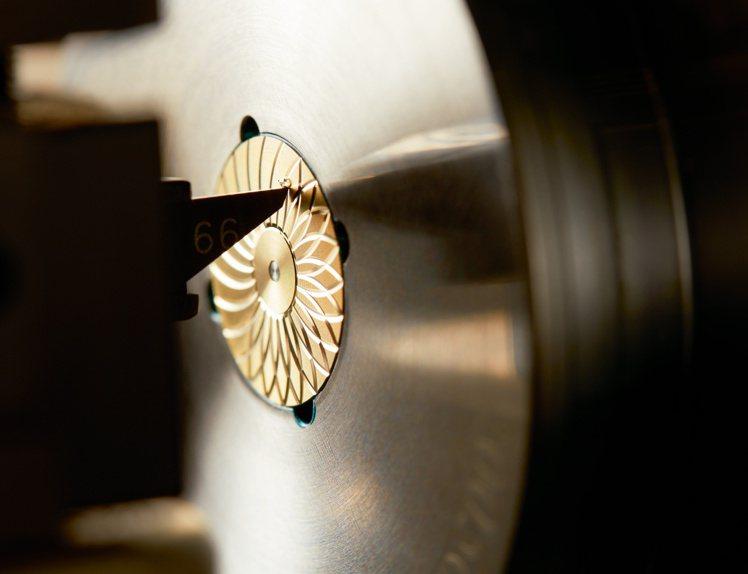 使用人手操作大型機具的「機刻雕花(Guilloche)」工藝,僅有最頂級的鐘表品...