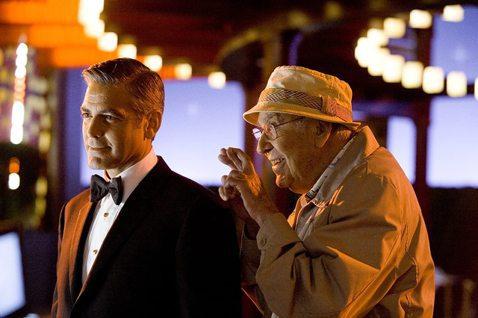好萊塢資深喜劇編導演卡爾雷納,美國時間周一於比佛利山莊的家中去世,享壽98歲。在他精彩的一生中,曾經打造出轟動全美的喜劇節目、捧紅笑匠史提夫馬丁,晚年還在「瞞天過海」系列影片演出,他的大兒子羅伯也是...