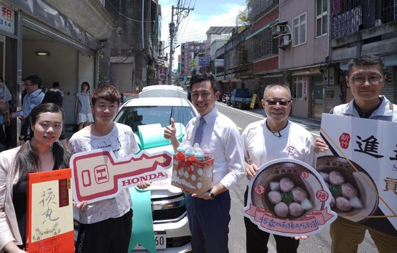 新竹市長林智堅(中)駕駛轎車從市府載著摃丸到第45萬名市民「冰冰」的家。記者王駿杰/攝影