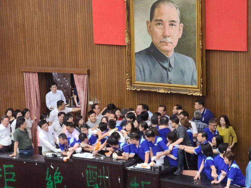 國民黨團突襲佔據立法院議場,以「反對酬庸、退回陳菊」為訴求,要求退回監察院人事案,民進黨立委展開反攻,花了約一小多時奪回主席台。記者鄭超文/攝影