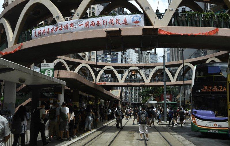 上海復旦大學中國研究院研究員宋魯鄭說,北京在香港因沒有國安法陷入動盪,與有了國安法卻可能遭到國際制裁之間作出取捨,寧可選擇後者。香港中國通訊社