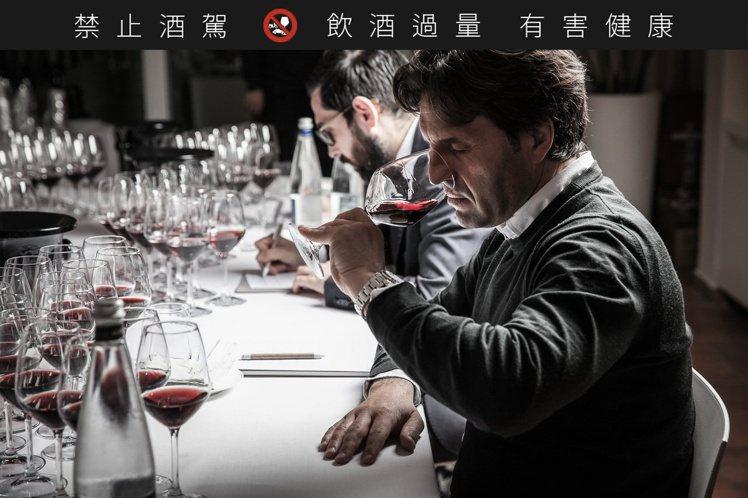 國際酒評家評飲義大利酒王《Barolo Library》。圖/雲朗觀光集團提供