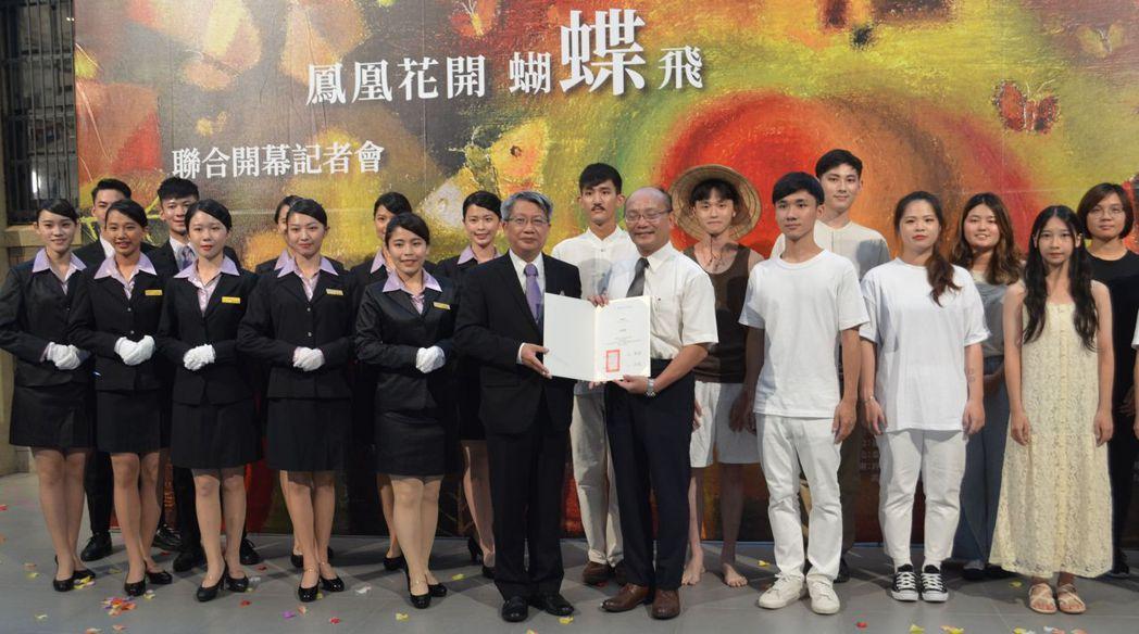 潘襎館長頒贈感謝狀給南大黃宗顯校長,並與南大學生合影。  陳慧明 攝影