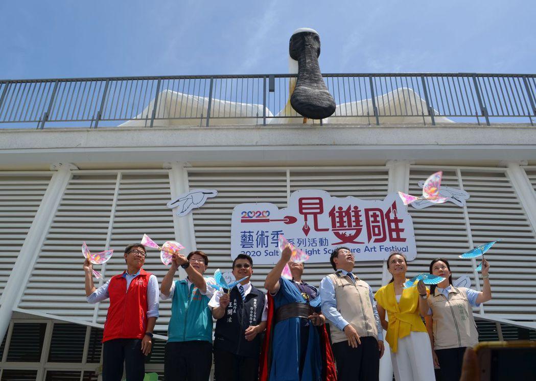 黃偉哲市長與雲嘉南風管處徐振能處長及來賓進行「啟飛儀式」。  陳慧明 攝影
