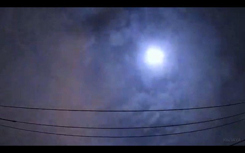 日本關東地方今天凌晨觀測到流星劃過天際,並伴隨巨大聲響,研判可能是直徑約50公分的流星體。圖取自/Twitter