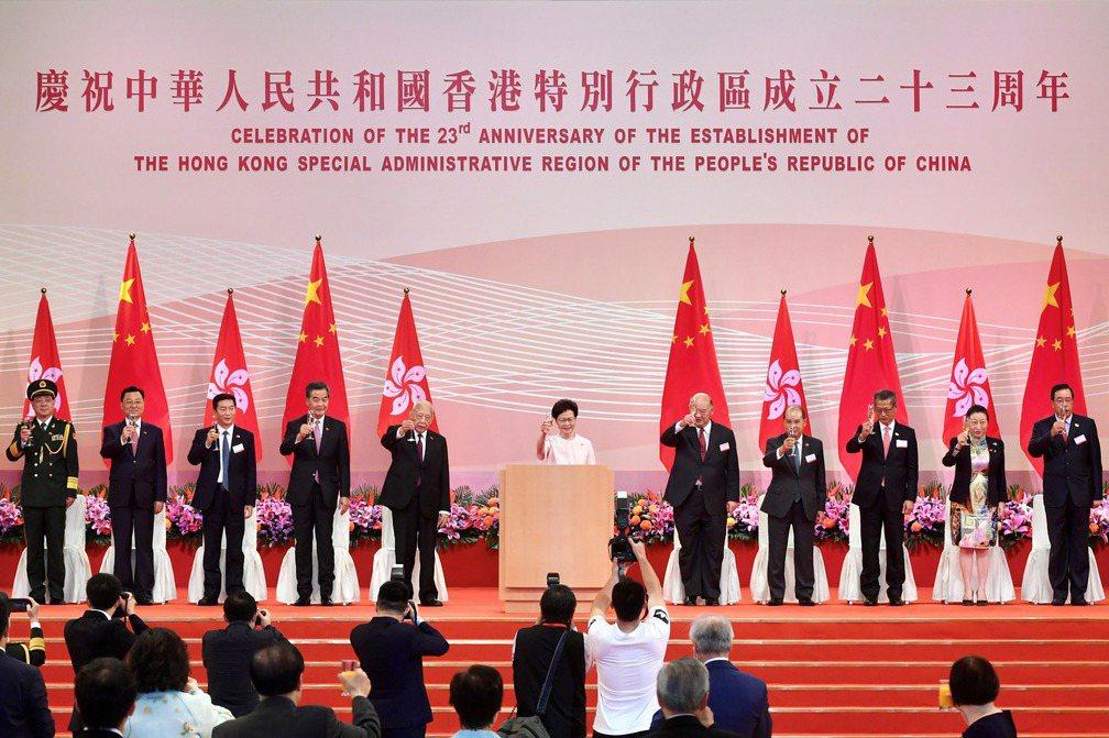 香港特首林鄭月娥在7月1日出席香港特別行政區成立23周年典禮,並在致詞時表示「港區國安法是香港走出困局、從亂到治的轉機」。 圖/路透社