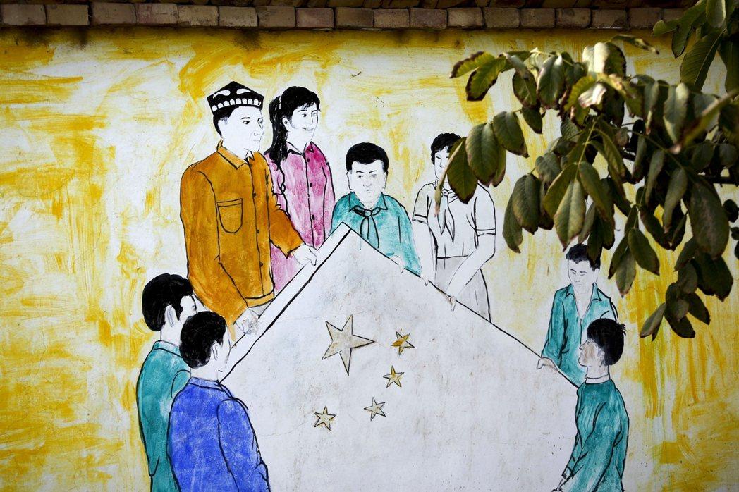 新疆當地的壁畫,象徵新疆人愛國、融入漢族社會。 圖/美聯社