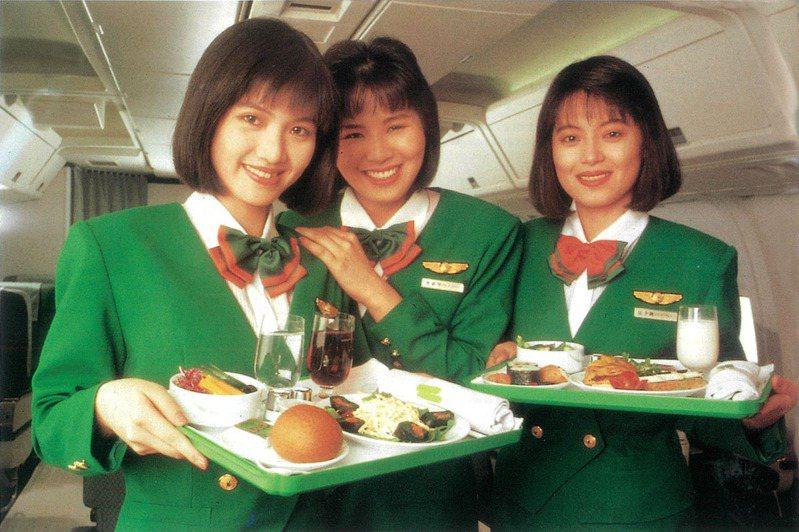 長榮航空第一代空姐清秀長相曝光。圖擷自官方臉書「EVA Airways Corp. 長榮航空」