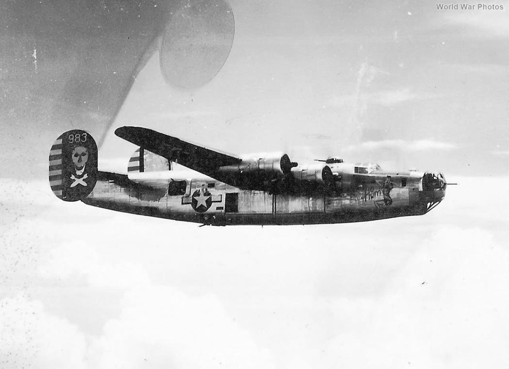 美軍第5航空隊第90轟炸大隊的B-24重轟炸機,本機序號42-109983,非空襲當事機。  圖/取自World War Photos