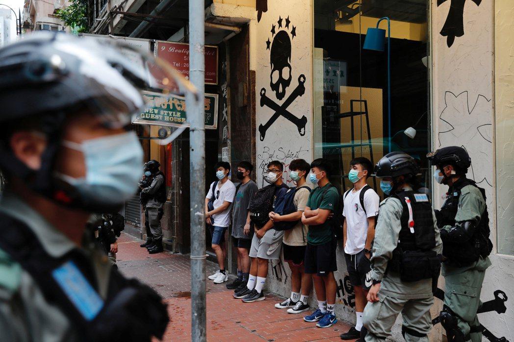 民眾在七一遊行中遭警方攔截盤查。 圖/路透社
