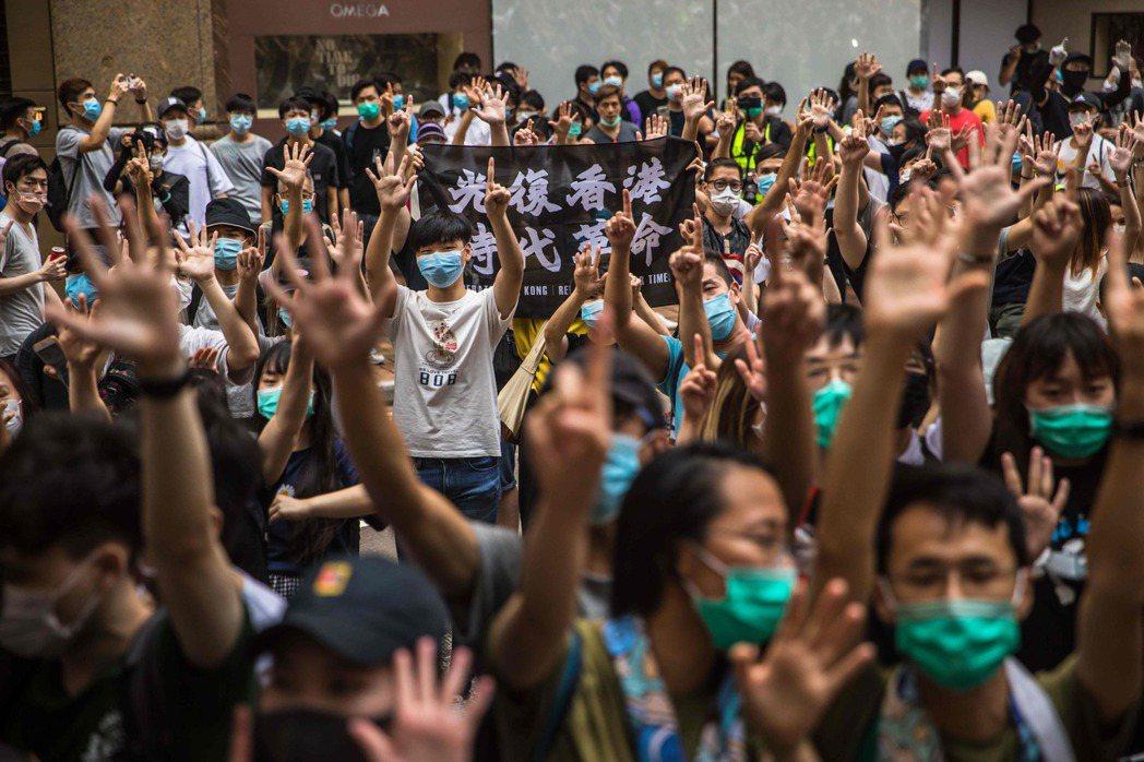 台灣人可以支持受迫害的香港人、提供庇護、持續討論香港議題,並繼續在國際上為香港發聲。 圖/法新社