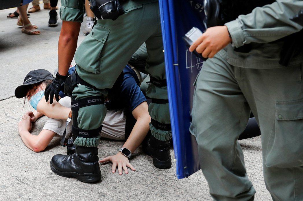 7月1日,港版國安法生效首日,民眾上街示威遭警察逮補。 圖/路透社