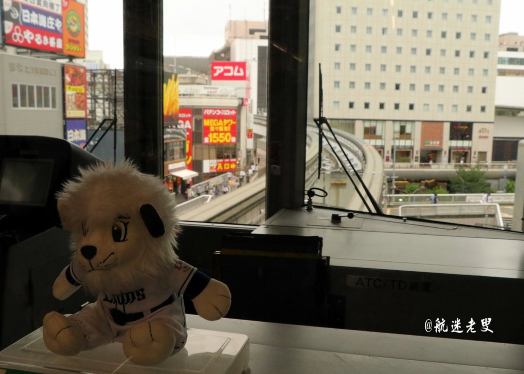 乘動物園的專線列車,專線列車不論車廂內外, 都繪上動物,而車廂駕駛座內放置當地棒球隊的動物造型玩偶。