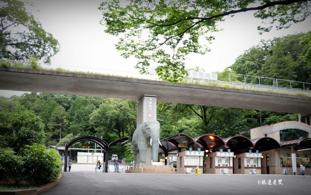 來到東京都的親子自由行第二天的行程就是來到了立川的多摩動物園, 多摩動物公園,位於東京近郊的多摩丘陵,面積53公頃, 於昭和33年(1958年)開園,是日本國內面積最大的動物園, 該園利用多摩丘陵的自然和地形修建而成,遊客可以乘坐巴士接近獅子, 還有昆蟲生態園、非洲園、澳洲園、亞洲園、動物角和骨骼觀賞中心等等。