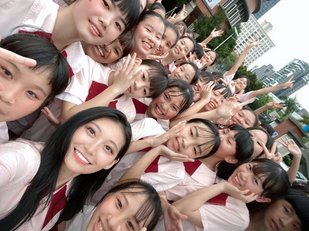 祈錦鈅(前)和學生們合跳反毒健康操。圖/固力狗娛樂提供