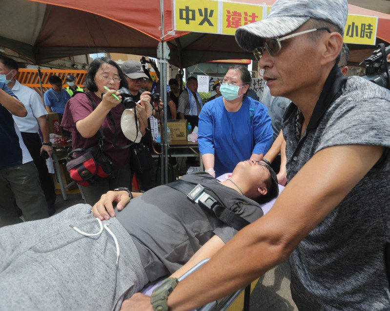 抗議中火重啟燃煤機組,靜坐絕食的國民黨台中市議員羅廷瑋昨天身體不適,強制送醫。 記者黃仲裕/攝影