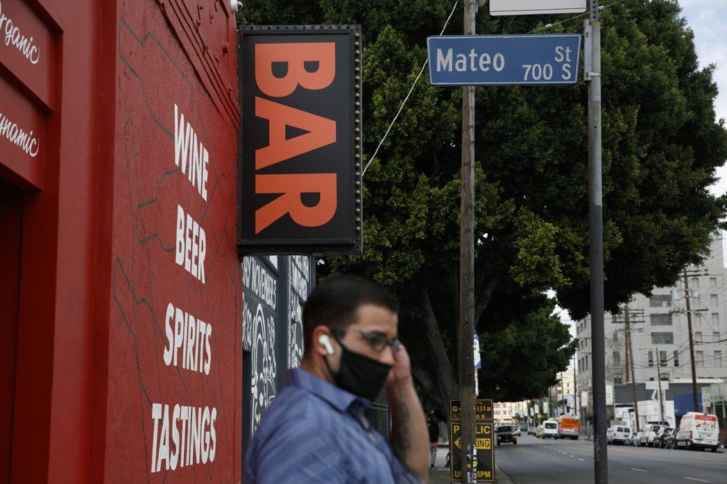 美國各地新增新冠肺炎病例急速飆高,加州下令酒吧和餐廳室內用餐區等重新關閉三周,賓...