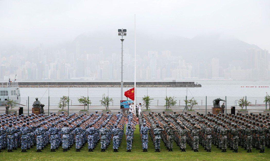 圖為2019年8月30日,解放軍駐香港部隊昂船洲營區舉行升國旗儀式。(新華社)