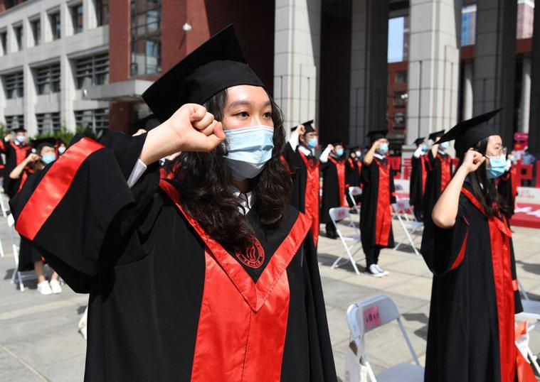 疫情之下,中國人民大學於6月30日舉行畢業典禮,但只有少數在校畢業生能夠出席,多...