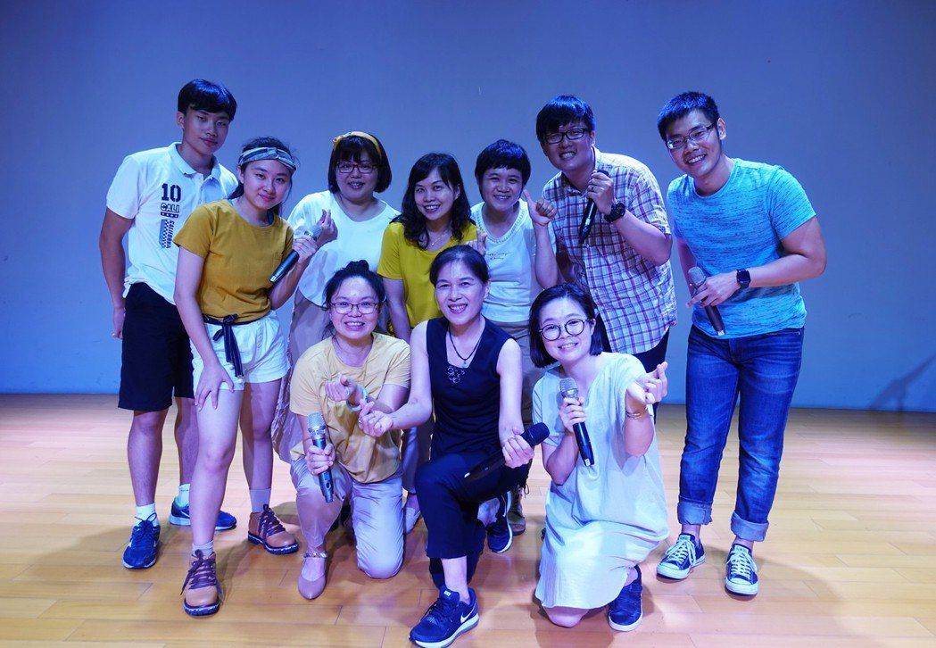 民歌歌手曾淑勤(中)與台南市阿卡貝拉樂團,周六將在永成戲院同台演唱。圖/台南市政