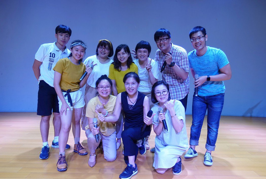 民歌歌手曾淑勤(中)與台南市阿卡貝拉樂團,周六將在永成戲院同台演唱。圖/台南市政...