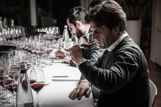 國際酒評家評飲義大利酒王《Barolo Library》。【未成年請勿飲酒,酒後...