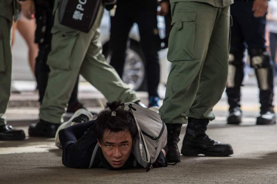 香港民眾7月1日自發上街遊行,最終有超過370人遭警方逮捕。(法新社)