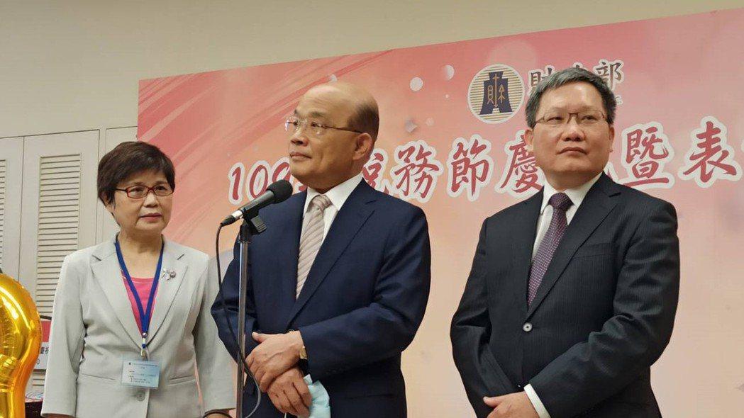 新任賦稅署署長許慈美(左1),昨日在稅務節中也與行政院長蘇貞昌、財政部長蘇建榮同...