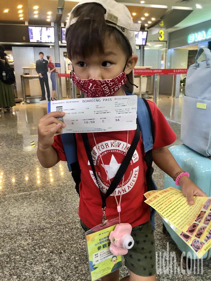 蕭小弟對於能看坐飛機非常興奮。記者曹悅華/攝影