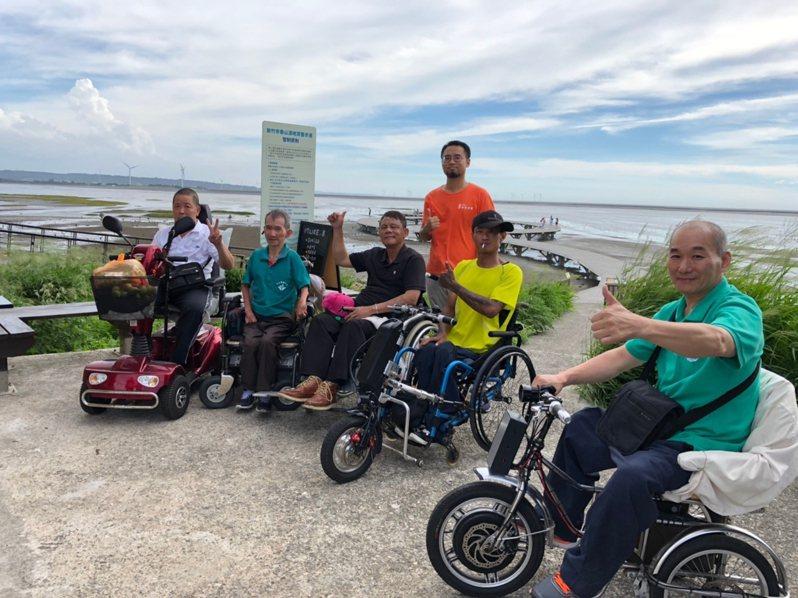 身障者出遊至新竹市賞蟹步道。圖/新竹市政府提供
