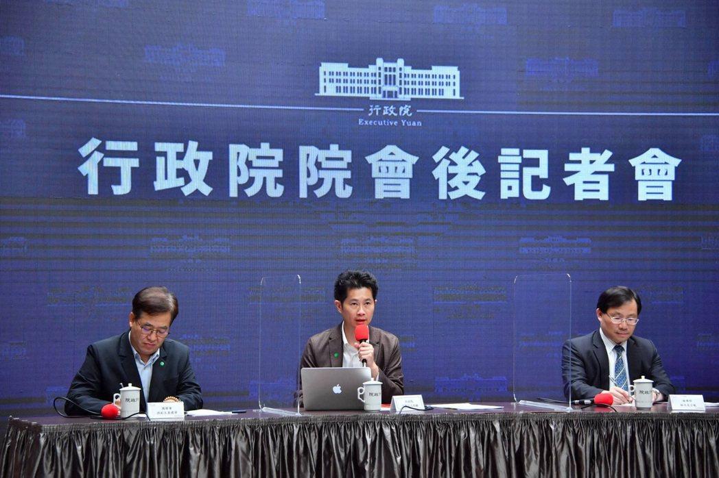 行政院長蘇貞昌今(2)日在行政院會聽取經濟部「推動台灣成為亞洲高階製造中心與半導...