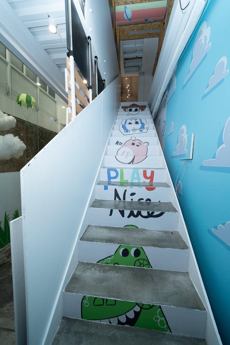 樓梯上也有「玩具總動員」塗鴉。圖/主辦單位提供
