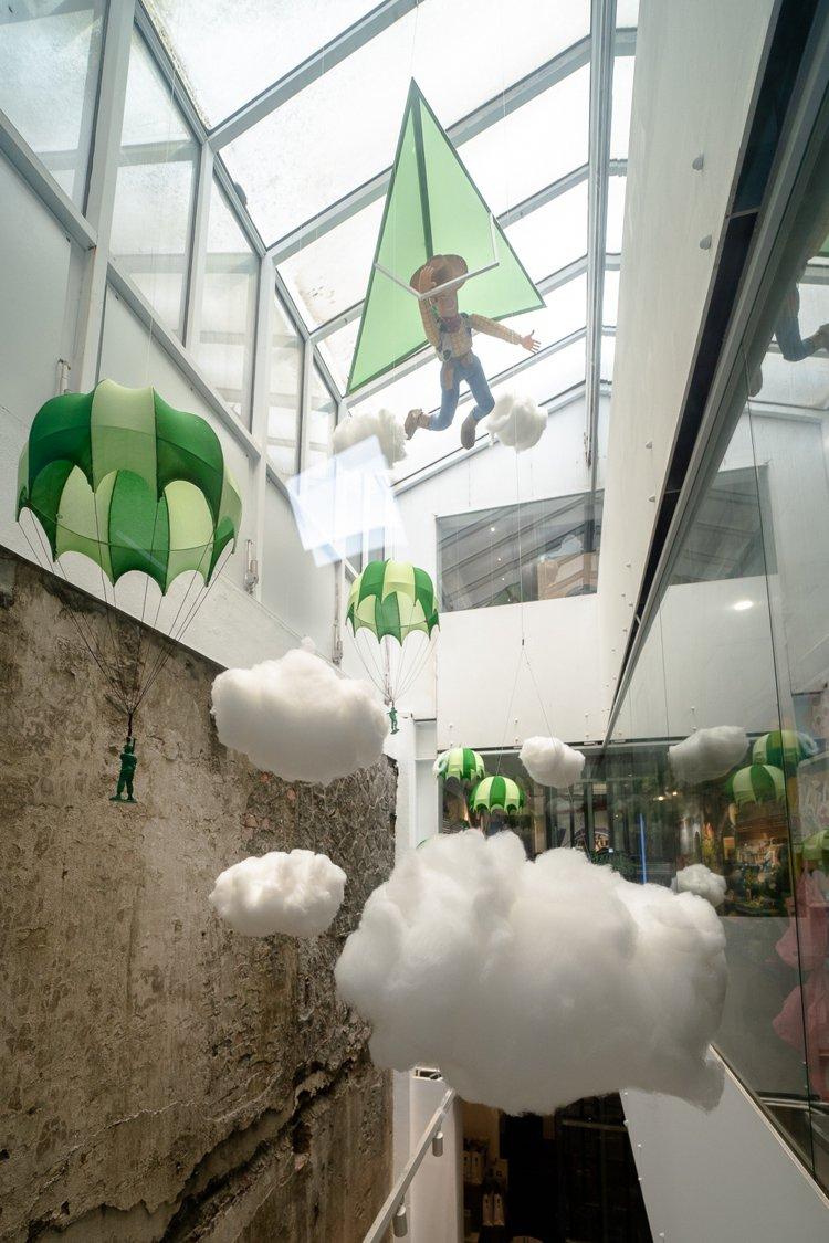 胡迪與綠色小兵懸掛天井。圖/主辦單位提供
