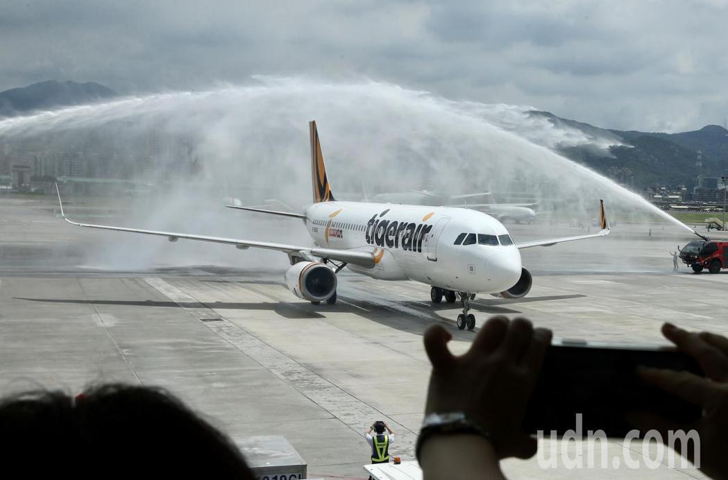 參加活動民眾喜見,台灣虎航A320首度降落松機灑水秀。記者林俊良/攝影