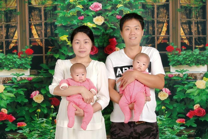 陳小姐(左)與先生高興地抱著一對雙胞胎女兒「一心、一意」,感謝醫護人員付出。圖/...