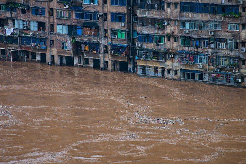 重慶市綦江區7月1日降下大到暴雨,部分地區民宅慘遭水淹。(新華社)