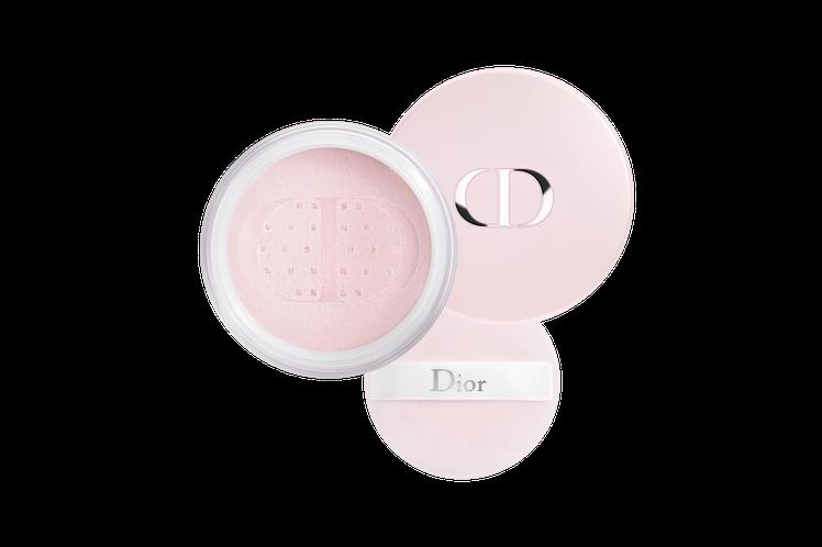 花漾迪奧香體蜜粉,細膩粉體,帶著淡雅珠光,讓肌膚瞬間細緻、亮眼動人。圖/Dior...