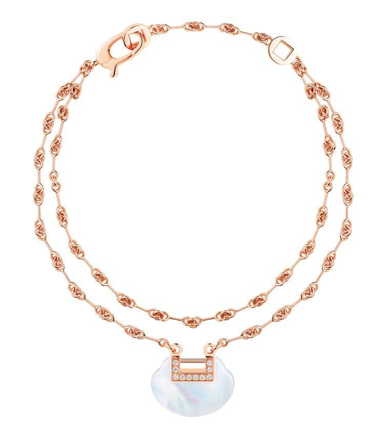 Qeelin,玫瑰金鑲鑽珍珠母貝雙鍊手鍊,92,500元。圖 / Qeelin提...