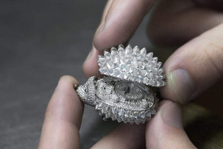 蕭邦動物世界系列刺蝟腕表,18K白金鑲嵌月光石、藍寶石、鑽石,約1,194萬元。...