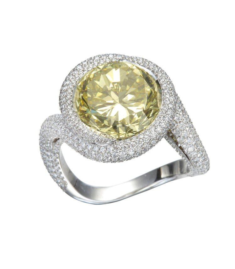 蕭邦高級珠寶系列戒指,18K白金鑲嵌圓形切割5.02克拉黃鑽、黃鑽與鑽石,1,7...