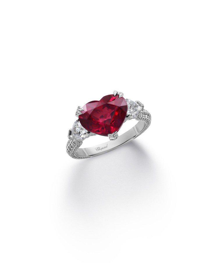 蕭邦紅地毯系列戒指,18K白金戒指鑲嵌5.05克拉心形切割紅寶石、2顆心形切割0...