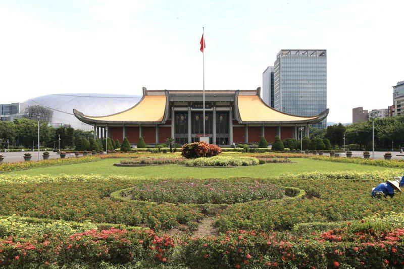 國父紀念館現在景觀將改,回歸建築師王大閎原設計,以免後方大巨蛋破壞景觀。 記者黃義書/攝影