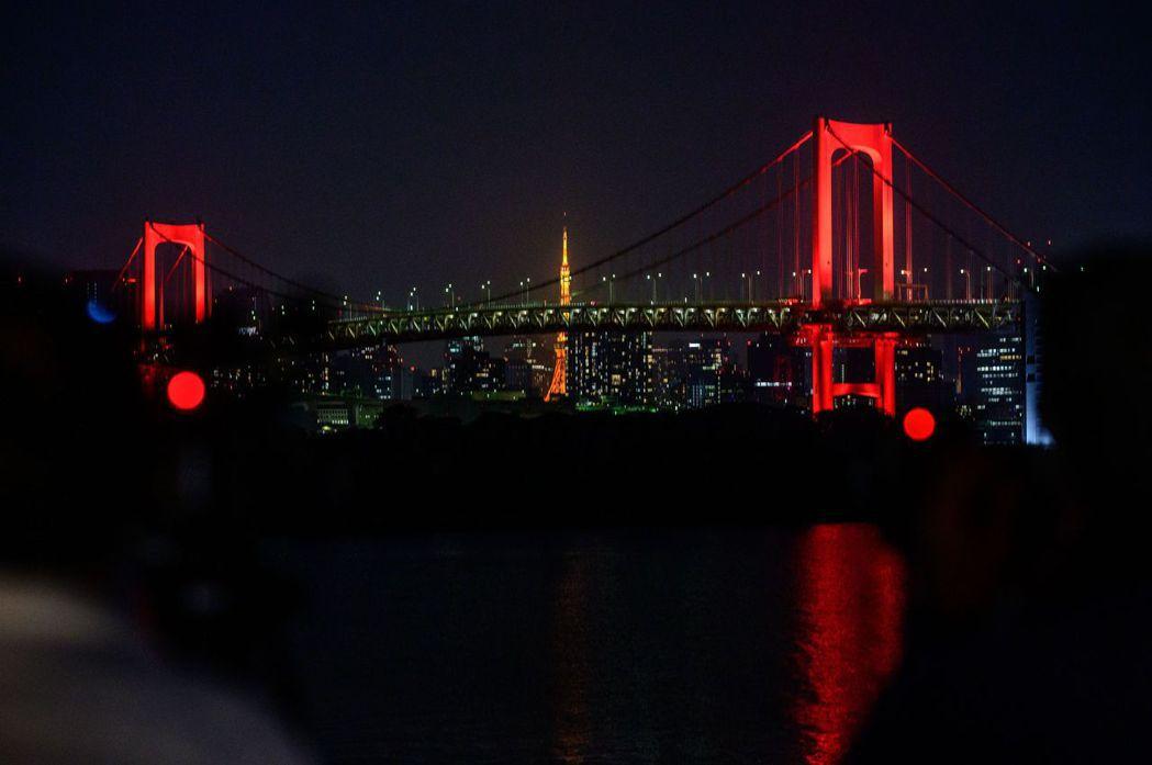 東京警戒期間,彩虹橋也改用紅色的燈光。法新社
