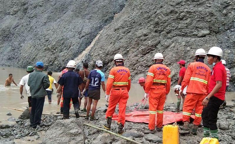 緬甸克欽邦帕坎區玉石礦場二日崩塌,目前已知百人罹難,消防局正在全力搜救。(法新社)