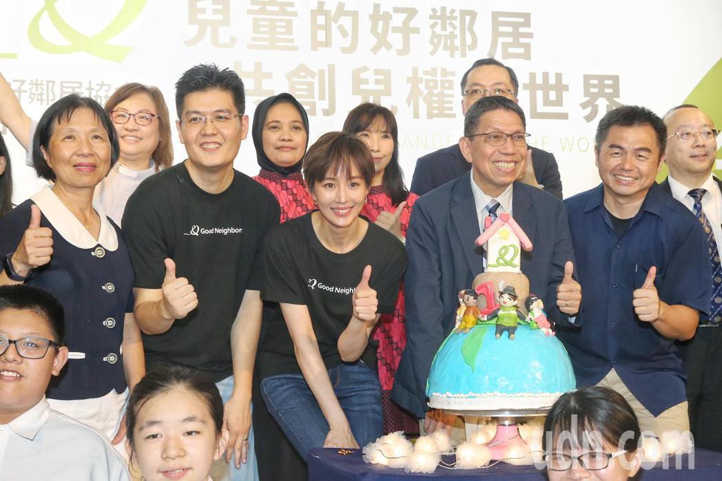 張鈞甯(中)出席「台灣好鄰居協會」公益記者會,號召民眾一同捐款做愛心。記者林伯東...